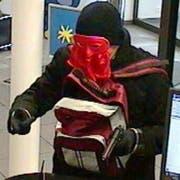 Der unbekannte maskierte Täter ist auf der Flucht. (Bild: Luzerner Polizei)