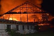 Die Scheune brannte am frühen Montagmorgen lichterloh. (Bild: Luzerner Polizei)