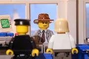 Privatdetektiv Philip Maloney als Lego-Figur auf dem Polizeirevier im Gespräch mit einem Polizisten und einer Zeugin. Szenenbild aus dem Film von Joel Richard. (Bild PD)