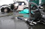 Das stark beschädigte Auto nach dem folgenschweren Unfall auf der Autobahn A4 bei Rotkreuz. (Bild FFZ)
