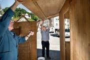 Aufbauarbeiten Jodlerfest Sarnen. Im Bild von links nach rechts: Hugo Imfeld und Georges Durrer auf dem Dorfplatz. (Bild: Corinne Glanzmann / Neue OZ)