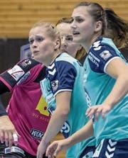 In der Verteidigung beschäftigt: Die Zugerinnen Nives Egli und Martina Traber (rechts). (Bild: Nadia Schärli (Nottwil, 23. September 2017))