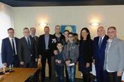 Zusammen mit dem Gemeinderat aufs Foto: Die sechsköpfige Familie Wyssmann (mitte) hat die 30'000er Marke in Kriens geknackt. (Bild: PD)