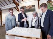 Marius Hug (Zweiter von links) erklärt Urban Keiser (links), Adelheid Knop und Patrice Riedo sein Projekt. (Bild: Werner Schelbert (Zug, 19. Mai 2017))