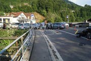 Hier hats bös gekracht: Die Unfallstelle auf der Artherstrasse in Walchwil. (Bild: Zuger Polizei)