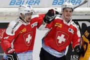 Switzerland's Vincent Praplan, left, and Gregory Hofmann celebrate their second score during the Ice Hockey Deutschland Cup at the Curt-Frenzel-Eisstadion in Augsburg, Germany, Friday, November 6, 2015. (KEYSTONE/Peter Schneider) (Bild: PETER SCHNEIDER (KEYSTONE))