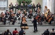 Die Junge Philharmonie Zentralschweiz unter der Leitung von Andreas Brenner bei ihrem Auftritt am Sonntag in der Matthäuskirche. In der Mitte die Solocellistin Jana Telgenbüscher. (Bild: Philipp Schmidli (Luzern, 7. Januar 2018))