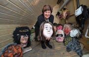 Ida Glanzmann mit einer kleinen Auswahl selbst angefertigter Masken. (Bild: Dominik Wunderli (Altishofen, 1. Februar 2018))