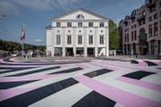 Das Luzerner Theater startet mit bunter Strasse in die neue Spielzeit. (Bild: Pius Amrein (Luzern, 8. September 2017))