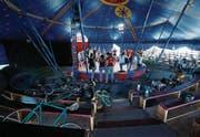 Bald gilt es ernst für die Teilnehmer des Kinder- und Jugendzirkus Grissini. Die Gesangsproben finden bereits im Zelt statt. (Bild: Stefan Kaiser (Zug, 14. August 2017))
