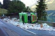 Der Lastwagen hatte unzählige PET-Flaschen geladen. (Bild: Kapo OW)