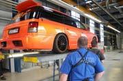 Im Verkehrsamt Pfäffikon wurden die getunten Fahrzeuge von Experten genau geprüft. (Bild: Kapo Schwyz)