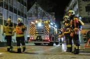 Die Freiwillige Feuerwehr der Stadt Zug bei ihrem Einsatz auf der Zeughausgasse. (Bild: FFZ)