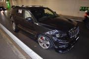 Das Unfallauto blieb nach den Kollisionen mit der Tunnelwand nach 400 Metern stehen. (Bild: Luzerner Polizei)