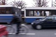 Beim Unfall mit dem Trolleybus mit Anhänger wurde der Velofahrer schwer verletzt. (Symbolbild Patrik Pauli/Neue LZ)