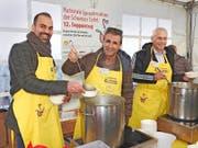 FCL-Trainer Markus Babbel, Komiker René Rindlisbacher und FCL-Präsident Ruedi Stäger erwiesen sich als tolles Suppen-Schöpfer-Team. (Bild: Mario Merola)
