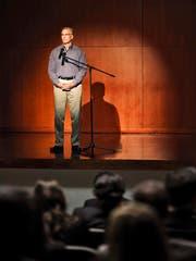 Nicht jedem Autor liegt der Auftritt vor Publikum. Manch einer wirkt gar etwas verloren auf der Bühne. (Bild: Themenbild Getty)