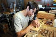 Der 22-jährige Lungerer Dominik Gasser hat ein besonderes Hobby: Er stellt Sonnenbrillen her. Und zwar keine gewöhnlichen Sonnenbrillen, sondern Unikate aus Holz. (Bild: Christoph Riebli)