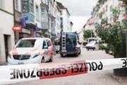 Polizeieinsatz in Schaffhausen, nachdem ein Mann mit einer Kettensäge mehrere Personen attackierte. (Bild: Ennio Leanza/Keystone (24. Juli 2017))