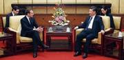 Gespräch in wohnlicher Atmosphäre: Emmanuel Macron (links) und Xi Jinping. (Bild: Andy Wong/AP (Peking, 8. Januar 2018))