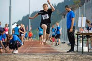 Junge Sportler zeigen Einsatz: ein Teilnehmer des kantonalen Sporttags beim Weitsprung. (Bild: Dominik Wunderli)