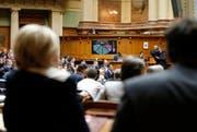 Nationalräte gestern während der Schlussabstimmung am letzten Tag der Wintersession. (Bild: Keystone / Peter Klaunzer)