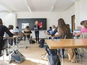 Eine Frau unterrichtet an einer Schule (Symbolbild). (Bild: Keystone)