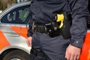 Ein Polizist der Luzerner Polizei trägt ein sogenanntes Destabilisierungsgerät der Marke Taser am Gürtel. (Bild: Luzerner Polizei)