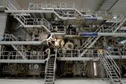 Diese Maschine produziert Papier in der Chemie+Papier Holding (CPH) in Perlen. (Bild: Keystone)