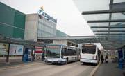 Zwei Busse der Linie Nr. 8 kreuzen sich im Zentrum Zugerland. Ab morgen ist das Geschichte. (Bild: Maria Schmid (Steinhausen, 6. Dezember 2017))