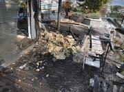 Blick auf die Terrasse nach dem Brand: Wie es zu dem Feuer kam, kann die Polizei Zug derzeit noch nicht sagen. (Bild: Polizei Zug)
