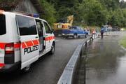 Die Polizei musste die Seestrasse nach Lauerz vorübergehend sperren. (Bild: Geri Holdener)