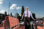 Der Präsident der Stiftung Salle Modulable, Hubert Achermann, auf dem Deck des Dampfschiffs Gallia. Im Hintergrund das Inseli, wo einst das Neue Theater Luzern gebaut werden soll. (Bild: Dominik Wunderli / Neue LZ)