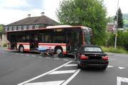 Der BMW prallte mit seiner Front in den Bus. (Bild: Kantonspolizei Schwyz)