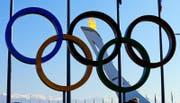 Die Flamme brennt hinter den Olympischen Ringen. (Bild: Keystone)