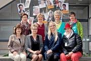 Acht der zwanzig Frauen des Krienser Frauennetzes vor ihrem Netz. In der hinteren Reihe von links: Kathrin Graber (CVP), Judith Mathis-Wicki (CVP), Marja Arnold-Bumbacher (Grüne), Ursula Wendelspiess (JCVP). Vordere Reihe von links: Judith Luthiger-Senn (SP), Rita Berger-Hug (FDP), Michèle Binggeli (SVP) und Nicole Nyffeler (SP). (Bild: Pius Amrein)