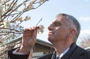 Der Geruchssinn diktiert unser leben - und nicht nur dann, wenn wir bewusst an einer wohlriechenden Blume schnuppern. Im Bild Bundesrat Didier Burkhalter bei einer Japan-Reise im Februar. (Bild: Keystone)