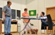 Eine Szene aus dem Stück «Spaarmaassnaame» der Theatergruppe Schenkon. Bild: Natalie Ehrenzweig (Schenkon, 4. Oktober 2016).