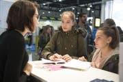 Schülerinnen informieren sich an einem Stand an der Bildungsmesse Zebi über Berufswahlmöglichkeiten. (Bild: Nadia Schärli (Luzern, 9. November 2017))