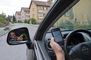 Ein Autofahrer verlässt sich beim Wegfinden auf sein Smartphone. Symbolbild. (Bild: Remo Nägeli (Luzern, 18. September 2009))