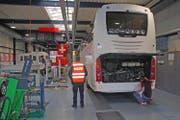 Fahrzeugexperten des Sicherheitszentrums NW/OW kontrollieren einen Reisecar. (Bild: Kapo Obwalden)