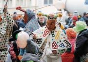 Greth Schell und ihre Lölis begeisterten gestern Nachmittag in der Zuger Altstadt Gross und Klein. (Bild: Stefan Kaiser)