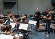 Matthias Pintscher (rechts) gibt Dirigent Blazej Wincenty Kozlowski Tipps für sein Tun. (Bild: Stefan Deuber/LF (Luzern, 23. August 2017))