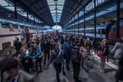 Zugpassagiere können seit Montagmorgen wieder über den Bahnhof Luzern reisen. (Bild: Boris Bürgisser (Luzern, 27. März 2017))