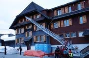 In einer Übung montierte die Feuerwehr neun Schwalbennester unter die Dachbalken des Berggasthauses Salwideli. (Bild: pd)