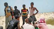 Mitarbeiter der Internationalen Organisation für Migration interviewen Flüchtlinge an einem Strand der jemenitischen Küste. (Bild: EPA (Schabwa))