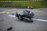 Der Rollerfahrer wurde beim Unfall in Seewen schwer verletzt. (Bild Geri Holdener)