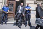 Kripo-Chef Daniel Bussmann verlässt am Montagmittag das Gerichtsgebäude. (Bild: Pius Amrein (19. Juni 2017))