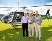 Spektakulär: Die Gründungsmitglieder Alois Wermelinger, Georg Schertl und Walter Kreienbühl (von links nach rechts) brachten gestern den Matchball per Helikopter nach Nebikon. (Bild Philipp Schmidli)