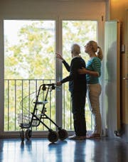 Eine Pflegerin hilft einem Bewohner im Haus Zunacher. (Bild: Dominik Wunderli (Kriens, 12. September 2017))